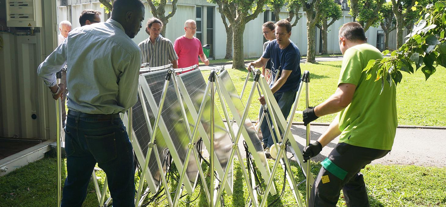 On déballe les panneaux solaires